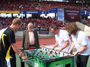 Live vor 40.000 Zuschauern des Bundesligaspiels 1.FC Nürnberg vs. Hannover 96 ein Match gegen zwei Gewinner einer Radioauslosung.